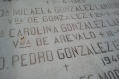 letra grabada mano sobr marmol y pintada